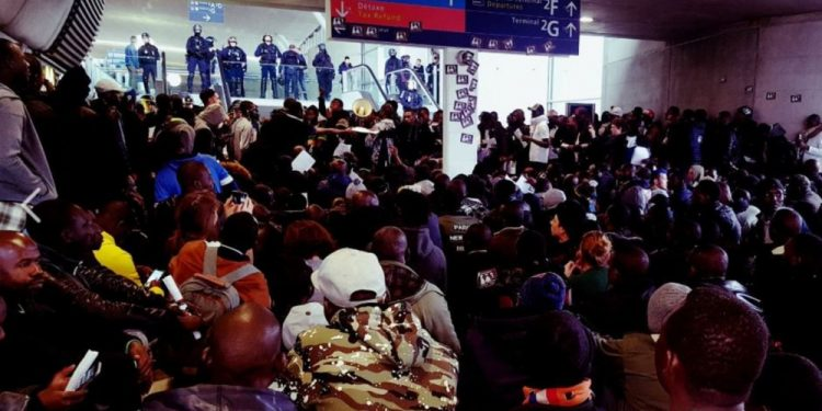 """""""France does not belong to the French!"""": 500 migrants storm France's Charles de Gaulle Airport"""