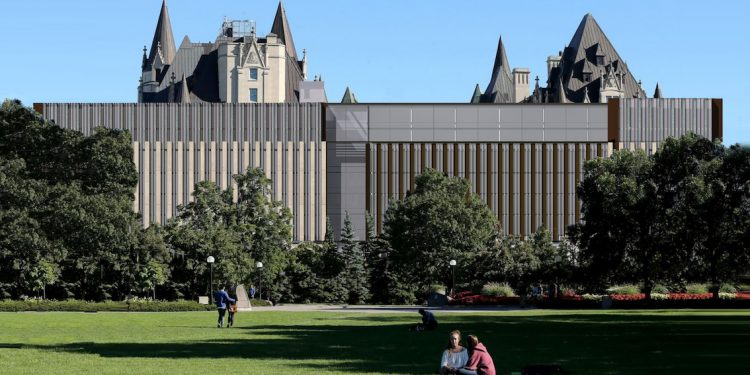 """""""Visual vandalism"""" at iconic Chateau Laurier city's responsibility: federal ministers"""