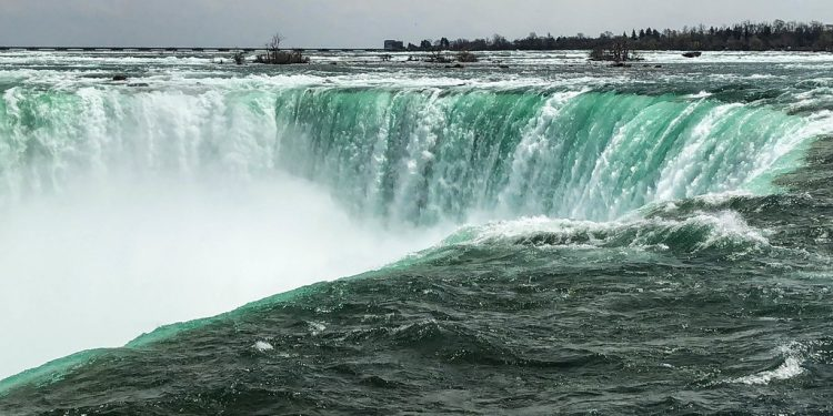 "Man swept over Niagara Falls miraculously survives with ""minor injuries"""