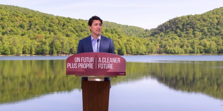 VIDEO: Trudeau stumbles when asked about his family's use of plastic