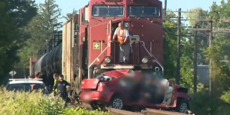 VIDEO: two men dead after car crashes with train in Ontario