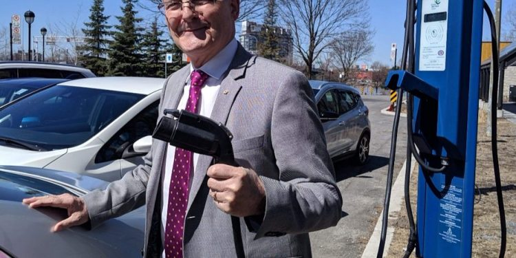 Why is this Liberal Minister poor-shaming Canadians on Twitter?