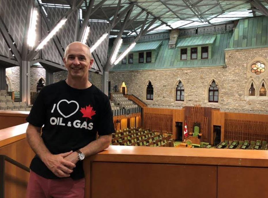 "Senate security prevents man from wearing  ""I heart oil & gas"" t-shirt — security cites fear of offence"