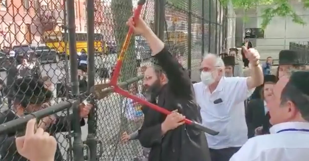 WATCH: Jews in New York City cut the lock that the mayor put on their local park