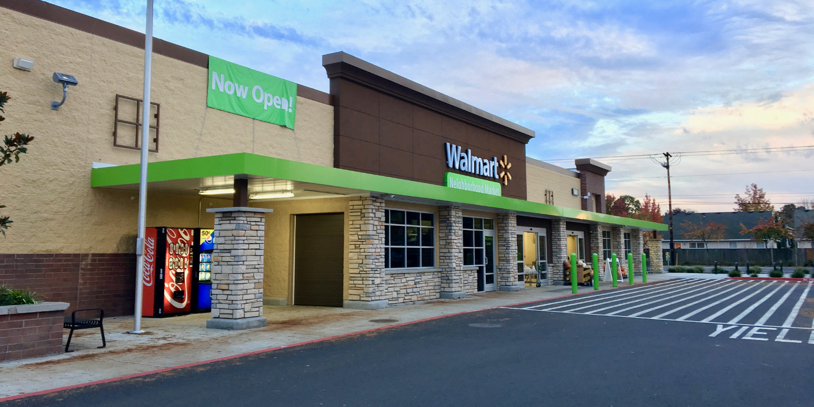 Walmart to raise pay for 425,000 of its employees
